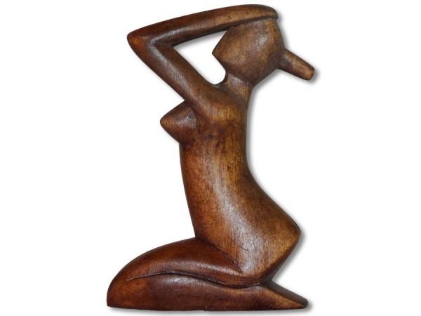 Frau knieend lange Haare 10cm